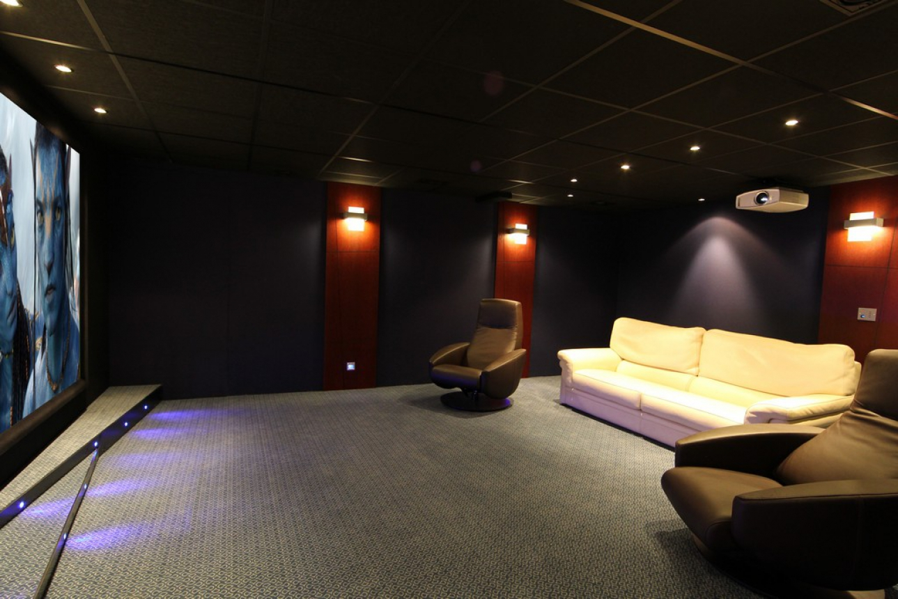 Cin concept galerie photos home cin ma vid o projection traitement sonore for Salle cinema maison